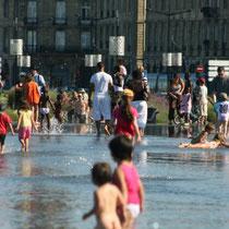 Jeux d'enfants, miroir d'eau de Bordeaux. Reproduction interdite - Tous droits réservés © Christian Coulais