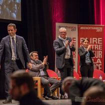 2 Benoît Hamon salue le public à la fin de son intervention, en allant de part et d'autre du Théâtre Fémina, Bordeaux #benoithamon2017