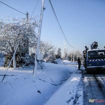 Intervention E.D.F. sur le réseau électrique, hameau du Garde, commune de Cénac, sous la neige. 25 janvier 2007
