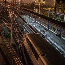 Extérieur nuit. Passage d'un TGV, sans arrêt à la Gare Saint-Jean, Bordeaux. Locomotive de tête.