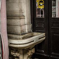 Vertige d'un certain passé, lavabo et colonne de marbre blanc, Gare Saint-Jean, Bordeaux