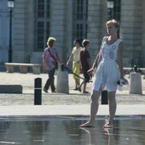"""""""Belle, belle comme le jour, princesse russe en visite au miroir d'eau ?"""" 2 Bordeaux. Reproduction interdite - Tous droits réservés © Christian Coulais"""