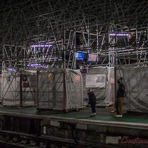 Intérieur nuit, quais d'arrêt du TGV. Père à l'enfant, Gare Saint-Jean, Bordeaux