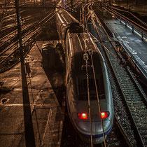 Extérieur nuit. Passage d'un TGV, sans arrêt à la Gare Saint-Jean, Bordeaux. Locomotive de queue