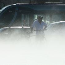 Cycliste spectateur de l'effet brouillard, tramway ligne C, miroir d'eau de Bordeaux. Reproduction interdite - Tous droits réservés © Christian Coulais