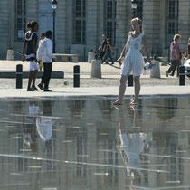"""""""Belle, belle comme le jour, princesse russe en visite au miroir d'eau ?"""" 1 Bordeaux. Reproduction interdite - Tous droits réservés © Christian Coulais"""