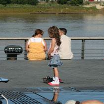 """""""Je peux retirer mes souliers ?"""" Jeux d'enfants, miroir d'eau de Bordeaux. Reproduction interdite - Tous droits réservés © Christian Coulais"""