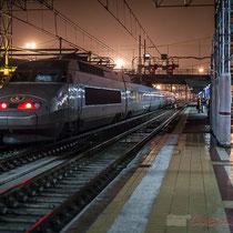 Intérieur du hall, la nuit. Passage d'un TGV, sans arrêt à la Gare Saint-Jean, Bordeaux. Locomotive de queue