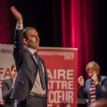 1 Benoît Hamon salue le public à la fin de son intervention, main levée. Théâtre Fémina, Bordeaux #benoithamon2017