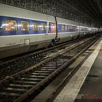 Intérieur du hall, la nuit. Passage d'un TGV, sans arrêt à la Gare Saint-Jean, Bordeaux. Wagons et quais N° 1& 2