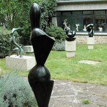 Oeuvres de Jean Arp dans le jardin de la Fondation à Clamart