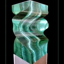 Hybride dynamiques - pièce en verre de 29/29/40 cm ; hauteur totale avec socle : 65 cm
