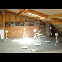 5 déviants (hauteur : 110 à 120 cm) dans l'atelier  -  verre, polystyrène extrudé enduit et peint, bandage, metal
