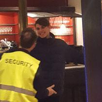 Der falsche Security Mitarbeiter in Stuttgart passt sich Ihrer Veranstaltung und den Gästen an. Viel zu lachen ist garantiert und sorgt für tolle Stimmung auf Ihrem Event in Stuttgart. Bodyguard und Security macht Ihre Feier sicher das ist garantiert.