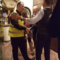Der falsche Security Mitarbeiter, Sicherheitsdienst in Stuttgart passt sich auf Ihrem Event in Stuttgart, Baden Württemberg und ganz Deutschland, Österreich und Schweiz Ihren Bedürfnissen an. Bodyguard, Security macht Ihre Feier sicher das ist garantiert.