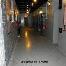 On peut voir le couloir de la mort que par l'arrière d'une porte barricadée de barreaux. Cette photo ainsi que les quatre prochaines photos ont été prises derrière ces barreaux.