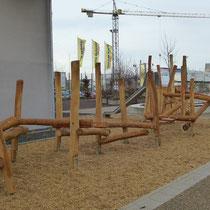 Kletterstruktur Robinienstämme, Robinienpfosten mit verzinkten Pfostenschuhen