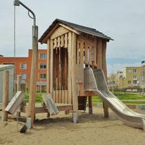 Bauspielanlage mit drehbarem Sandkran, Schütten und Rutsche
