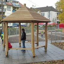 Pavillon aus Robinie für barrierefreien Garten