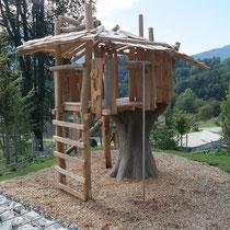 Baumhaus mit Kletterbaum