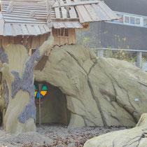 Baumhaus mit Felsgrotte und Kletterbaum