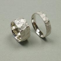 Trauringe aus Silber mit Lederstruktur