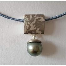 Mokume Gane Anhänger aus 925er Silber und Palladium, mit Tahiti-Perle / 450,- €