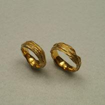 Trauringe aus 900er Gold mit Baumrindenstruktur