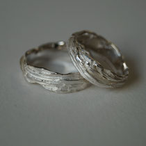 Trauringe aus Silber mit Baumrindenstruktur