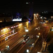 Die Straße vor dem Hotel bei Nacht