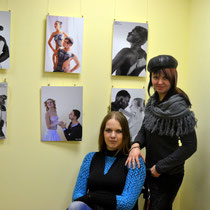 Anna Viner (слева) и модель
