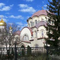 Казанская церковь (справа)