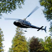 Ein Hubschrauber setzt zur Landung an