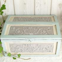 Schatulle Holzkasten mit Prägedekor: pastell gefasst