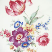 Antikes Porzellan mit Blumen Dekor