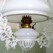 Elektrifizierte Gründerzeit Petroleumlampe mit Schirm & Brenner Opalinglas 1880