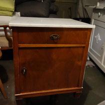 kleiner Nachttisch mit Marmorplatte - vorher