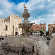 Taormina - Dom San Nicoló - 15. Jahrhundert erbaut. Barockbrunnen mit Centauressa, dem Wahrzeichen der Stadt.