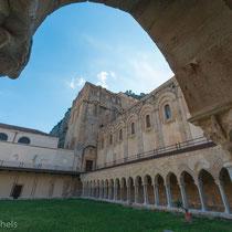 Cefalù - Der Kreuzgang im Kloster mit Kapitälen aus dem 12. Jahrhundert.