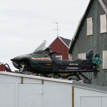 Sisimiut - das snowmobil, immer Sommer geparkt auf dem Dach der Garage