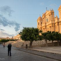 Noto - doppeltürmige Fassade der Kathedrale mit Vierungskuppel über dem dreischiffigen Innenraum
