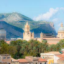 Palermo - Prägend für den äusseren Eindruck ist die große Kuppel Ferdinand Fugas. Auch die kleinen Kuppeln verfremden den normannisch-arabischen Eindruck.
