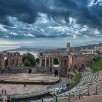 Taormina - römisches Amphitheater mit Blick auf den Golf von Giadini-Naxos und den Ätna.