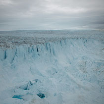 Eisberge brechen ab in einer Höhe von bis zum 700m