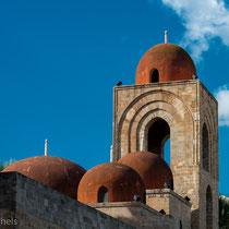 Palermo - San Giovanni degli Erimiti (1130 - Roger II) - rot gefärbte Kuppeln erinnern an arabische Kunst.