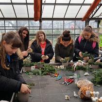 Dienstleister beim Gestecke binden Floristen Workshop