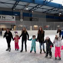 PTS Schüler beim Eislaufen mit der Volksschule