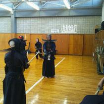 十数年ぶりに大学剣道場の床を踏む伊藤英作 先輩