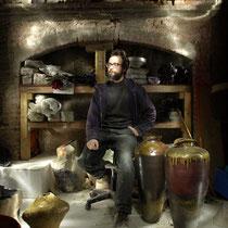Le jeune céramiste dans son atelier