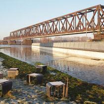 Blick auf die Fußgängerrampe und Rheinbrücke Pegelstand Ruhrort 9.99 Meter, Aufnahme-Datum: 10.01.2011